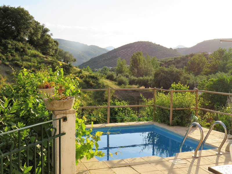 Piscina e patio con vista sulle montagne