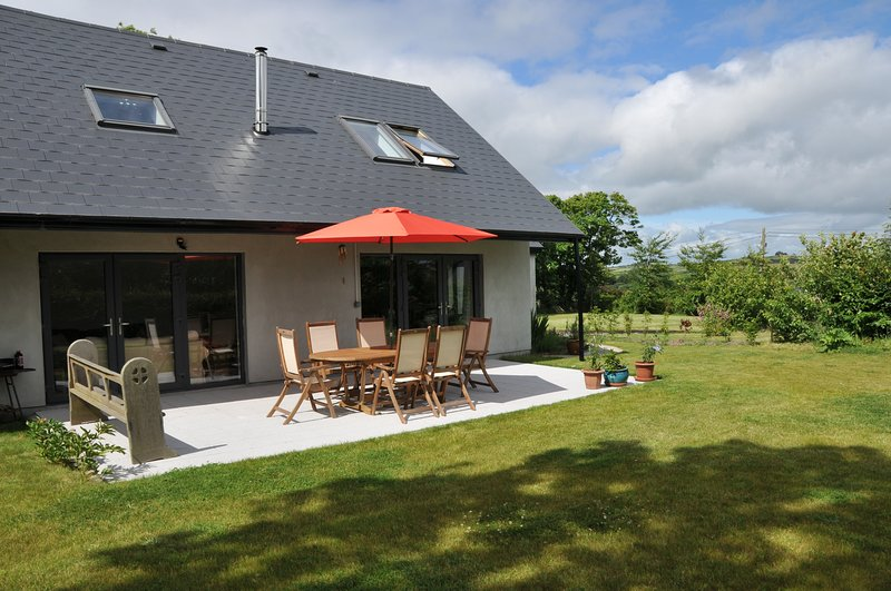Detached 4 bedroomed property, close to Beach and village, vacation rental in Glandore