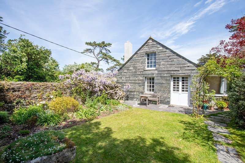 Cottage, sleeps 7 (5 A + 2 C) next to creek leading to River Camel, nr Padstow, holiday rental in St Issey
