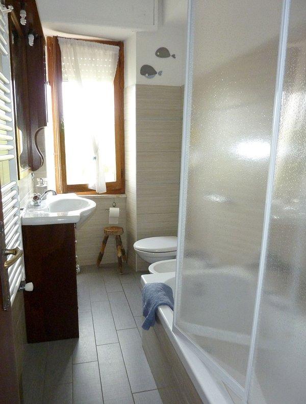 Badezimmer mit Badewanne-Dusche und Telefon