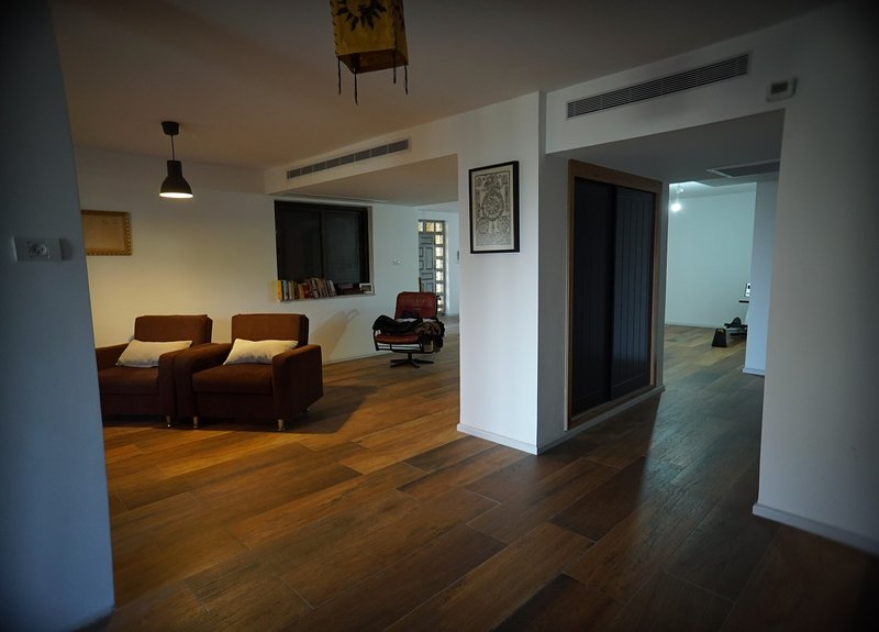 Discover Jerusalem At Friendly Modern Apartment with Car Parking, aluguéis de temporada em Swemeh