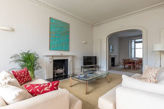 El salón es espacioso y acogedor, y ofrece 2 cómodos sofás y TV de pantalla plana.
