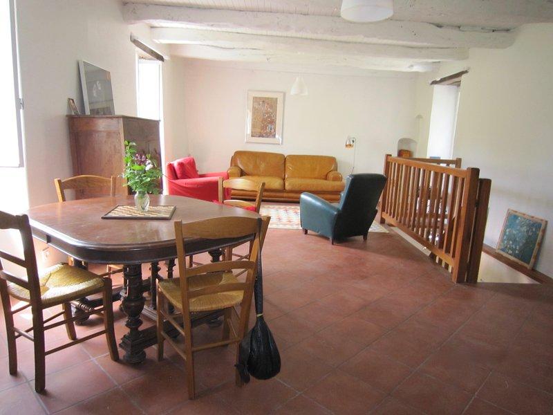 Gite vacances à Vaour Maison calme et spacieuse avec grand jardin sans vis à vis, holiday rental in Vaour