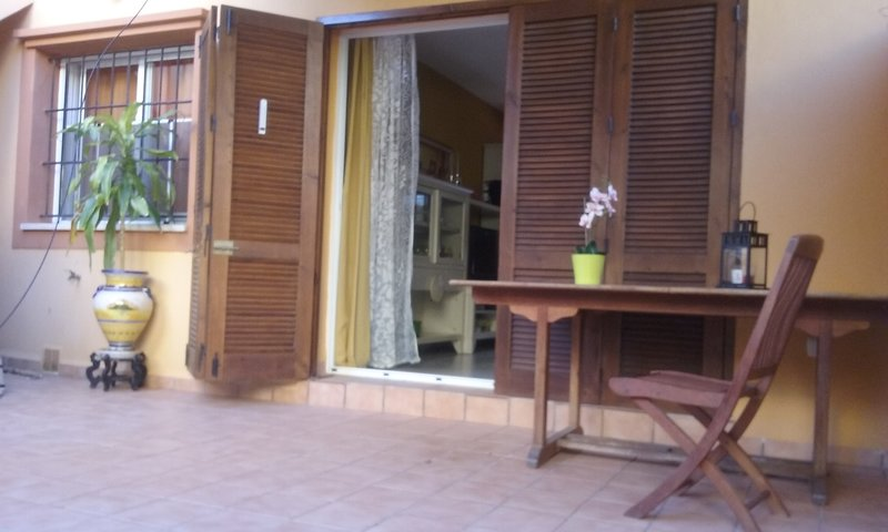 Nice house with pool access, aluguéis de temporada em Islas Menores