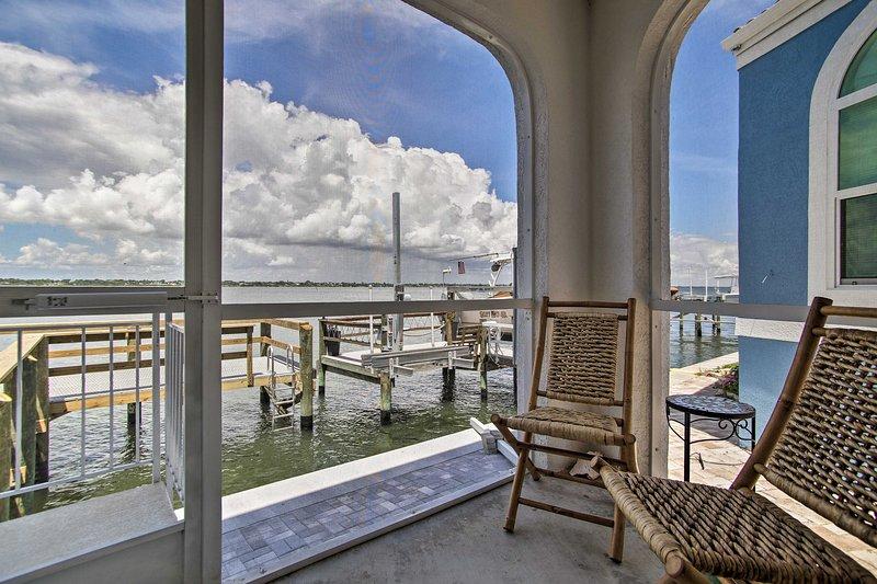 Reserve esta casa à beira-mar em Nettles Island para o seu próximo retiro de Jensen Beach.