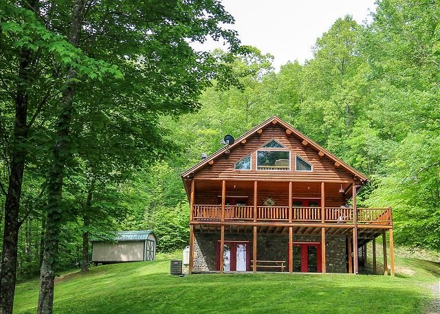 QUIET SPLENDOR-SECLUDED 3LEVEL LOG HOME W/HOT TUB, FIREPIT, AIR HOCKEY & WIFI, Ferienwohnung in Warrensville