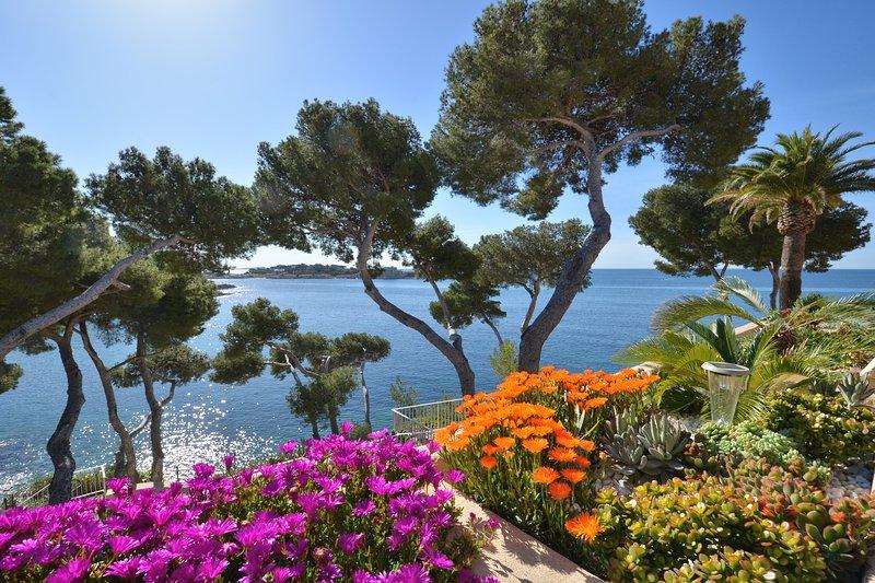 Front de mer classé *** accès mer privé - tennis - wifi - studio mezzanine, aluguéis de temporada em Bandol