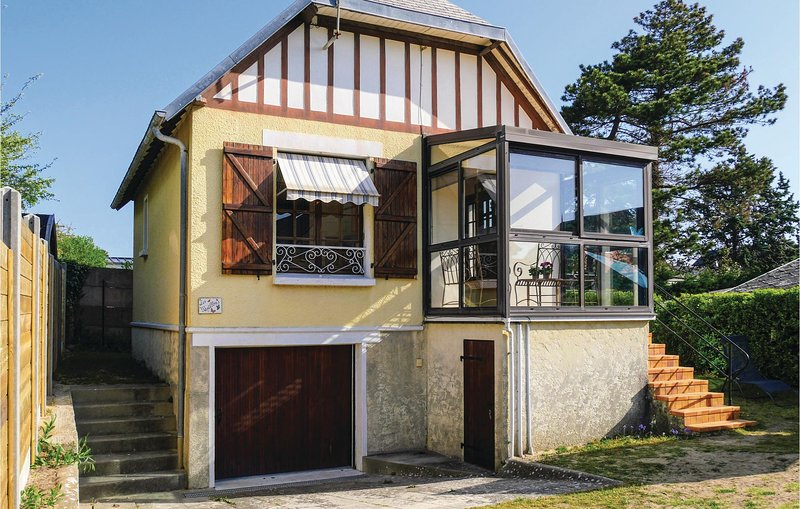 Beautiful home in Hauteville-sur-Mer with WiFi and 3 Bedrooms (FNM479), holiday rental in Regneville-sur-Mer