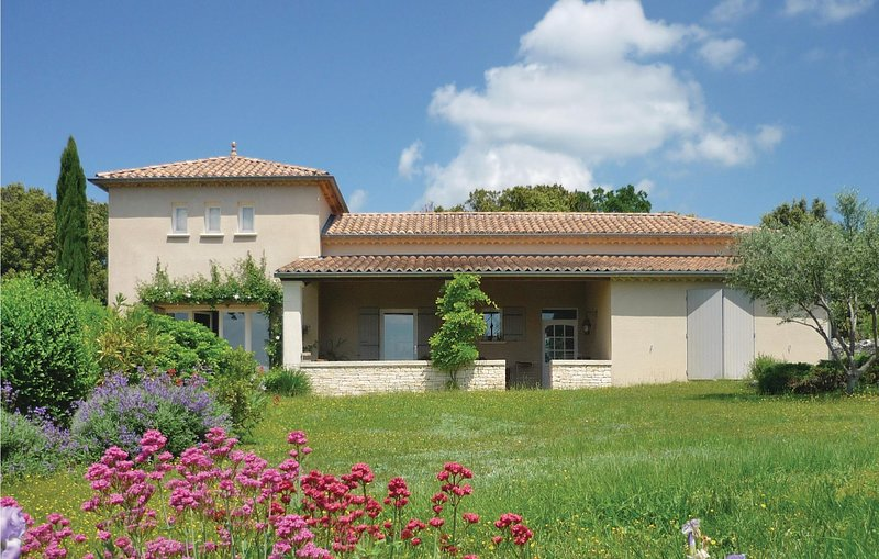 Beautiful home in Orgnac l'Aven with WiFi and 2 Bedrooms (FRA142), location de vacances à Montclus