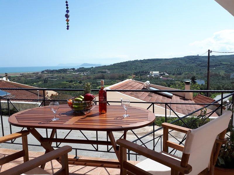 Elmanda colourful villa in west Chania near beach and village, location de vacances à Tavronitis