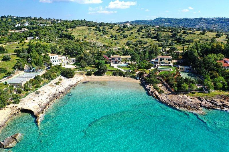 Villa Iris - Luxury beachfront traditional villa with swimming pool, location de vacances à Iria