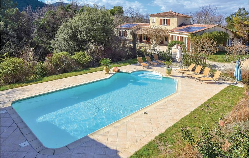 Stunning home in Malaucene with Outdoor swimming pool, 4 Bedrooms and Heated swi, location de vacances à Entrechaux