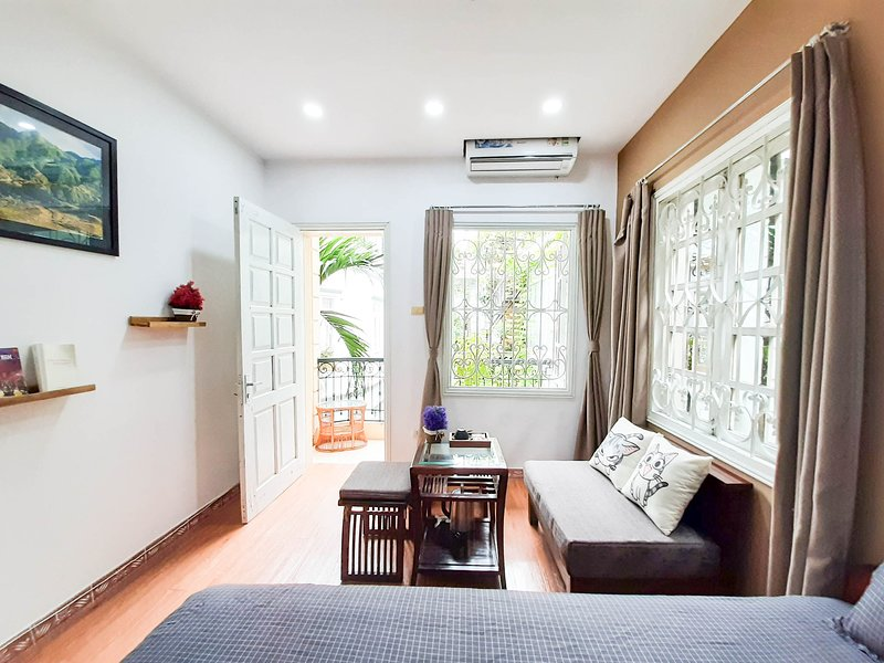 Viaggio cozy home, large rooftop sunny balcony, near supermarket, food courts, holiday rental in Hanoi