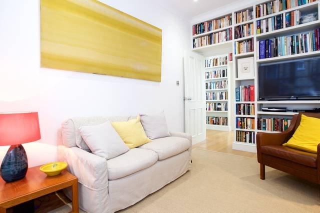 Bequemes Sofa und Sessel zur Verfügung.