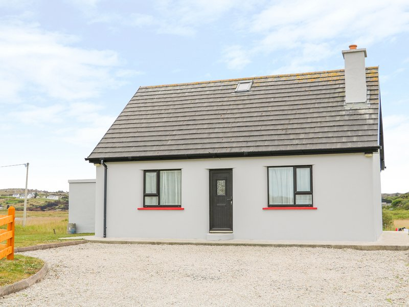MULLAGHDERG BANKS, open fire, Kincasslagh, holiday rental in Ballybofey