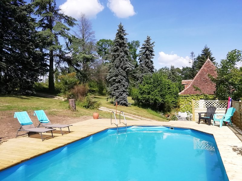 Beautiful old holiday home with private pool and terrace in Dordogne, sleeps 7, holiday rental in Fossemagne