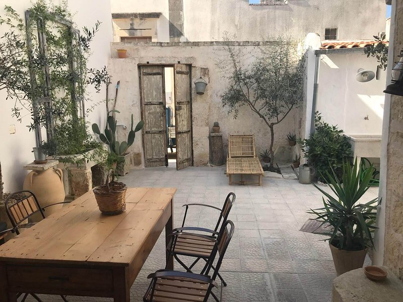 Nice house with garden & terrace, vacation rental in Nociglia