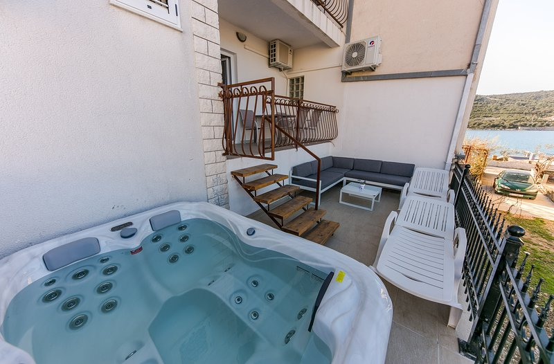 App with outdoor jacuzzi on huge terrace, 10 m from sea, vacation rental in Vinisce