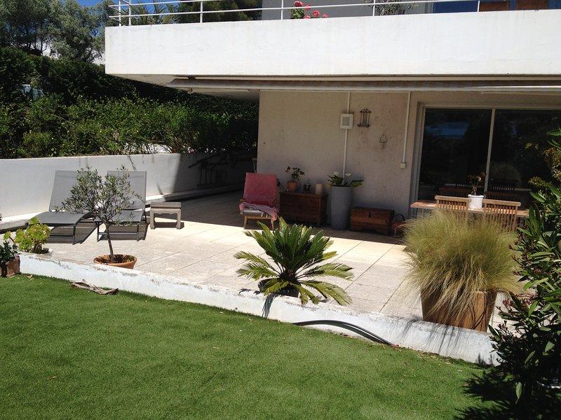 Terraza y jardín delantero.