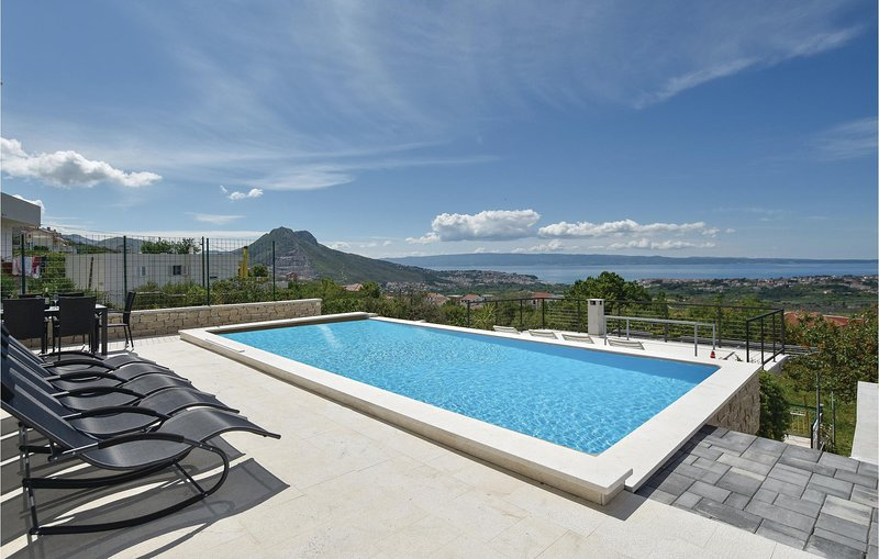 Awesome home in Mravince with Outdoor swimming pool, WiFi and Outdoor swimming p, vacation rental in Kucine