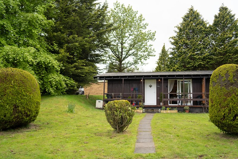 Catkin Lodge set in a Beautiful 24 acre Woodland Holiday Park, location de vacances à Clydey