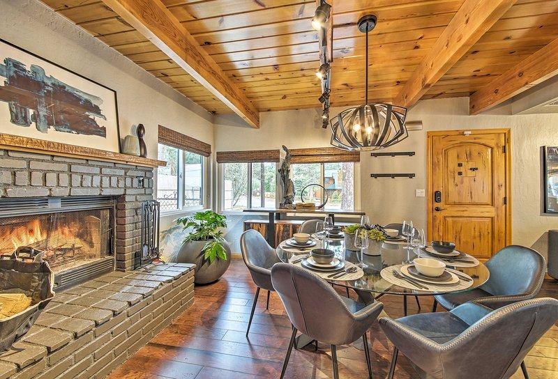 Detta avancerade, genomtänkt utformade hem har moderna möbler.