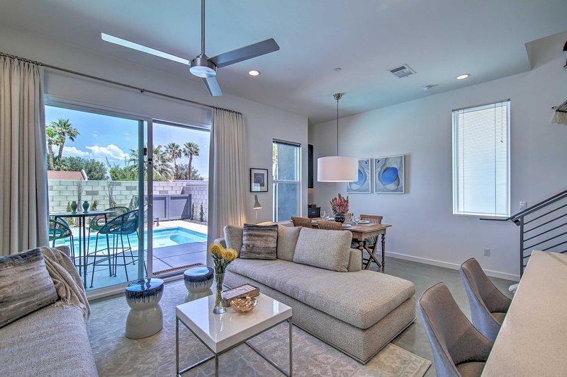 Esta residencia de lujo ofrece una piscina privada, un jacuzzi y un impresionante interior moderno.