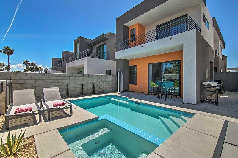 ¡Reserve su refugio en Palm Springs en esta casa recientemente construida de 2 habitaciones y 2.5 baños!