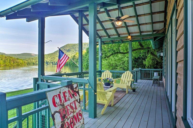 ¡Vive la vida junto al río en esta cabaña de alquiler de vacaciones en Chattanooga!