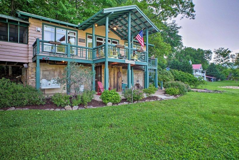 La casa de 2 dormitorios y 2 baños para 6 personas se encuentra en 1.5 acres y ofrece vistas panorámicas.