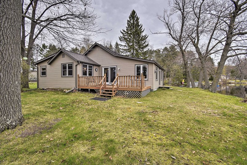 Lakefront Home w/Seasonal Dock - 2 mi to Skiing!, aluguéis de temporada em Mount Morris