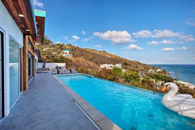 Una piscina infinita de lujo y un patio frente al mar son solo algunas de las características de la casa.