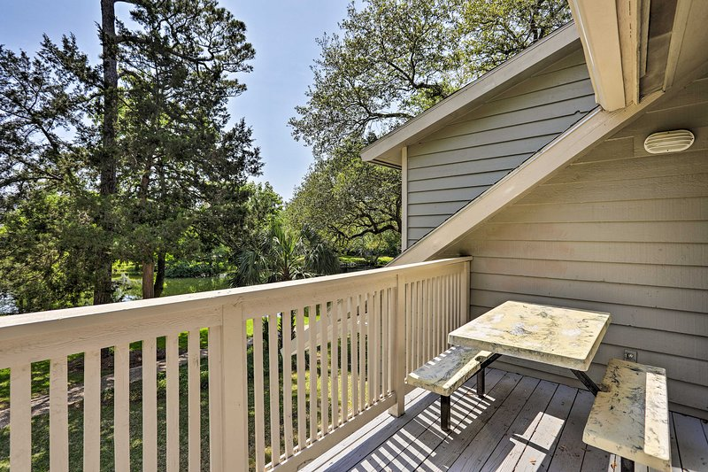 Sit outside and enjoy the coastal air on your lakefront deck!