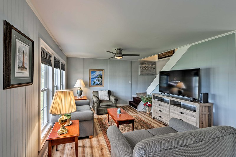 Charming Cottage, 0.2 Mile Walk to Atlantic Beach!, vacation rental in Pine Knoll Shores