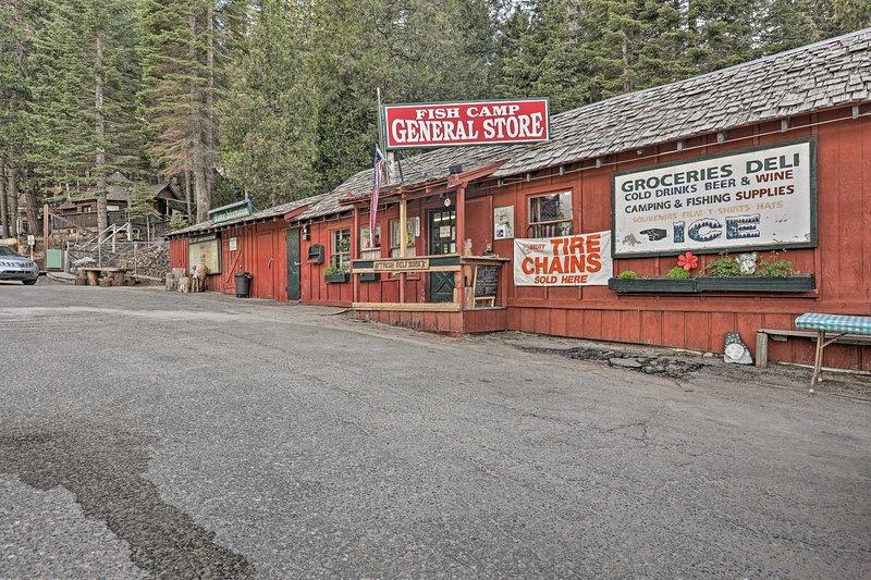 La cabina è a meno di un miglio da Fish Camp General Store.