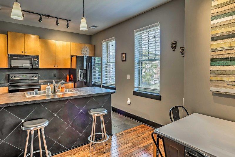 Il condominio vanta 952 piedi quadrati di spazio abitativo confortevole.