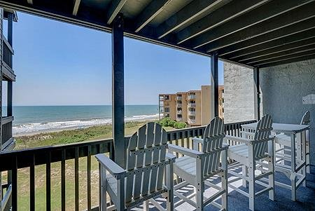 1305 Shipwatch Villas - 2BR Oceanfront Condo in North Topsail Beach with Communi, vacation rental in North Topsail Beach