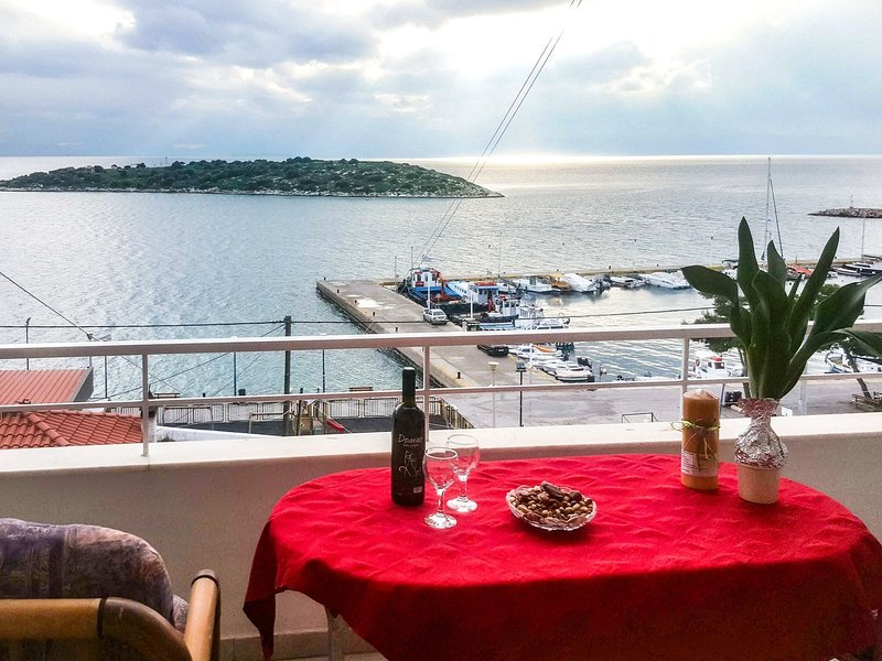 The 2 islands Villa, Athens, Pachi,front-beach villa 3 floors,7 guests, holiday rental in Porto Germeno