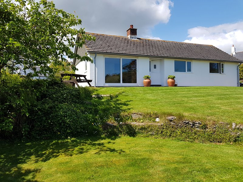 ORCHARD VIEW, secluded detached bungalow with wood burning stove and table, holiday rental in Slapton