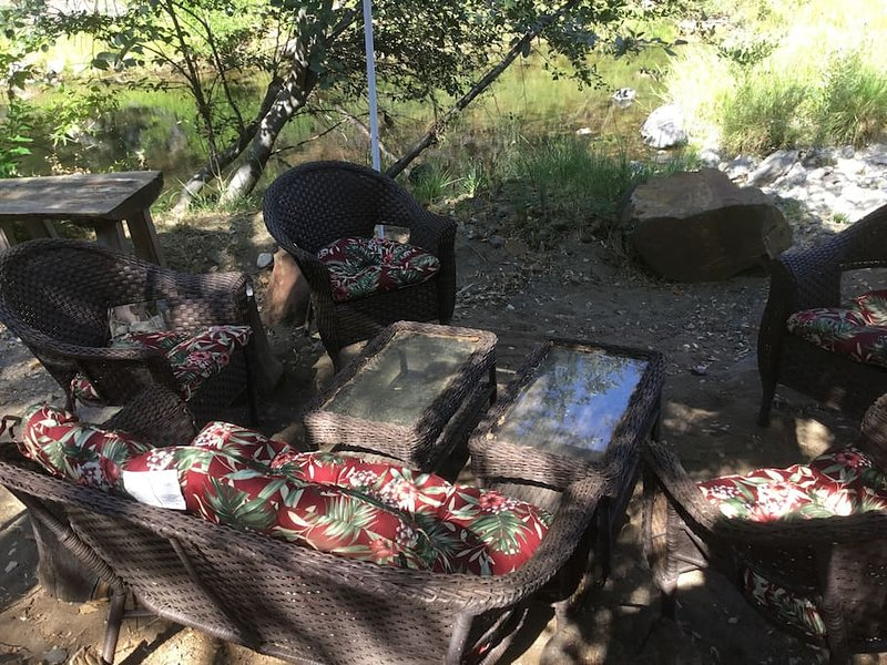 Winnebago Glamping to the Sound of a Creek, holiday rental in Oregon House