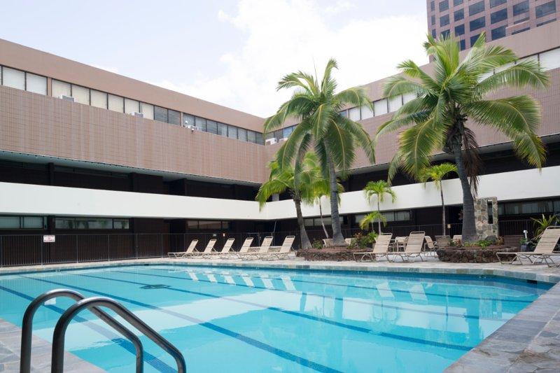 RENOVATED & SPACIOUS 798 SQ FT Ocean View Suite + Den, FREE PARKING, alquiler de vacaciones en Aiea