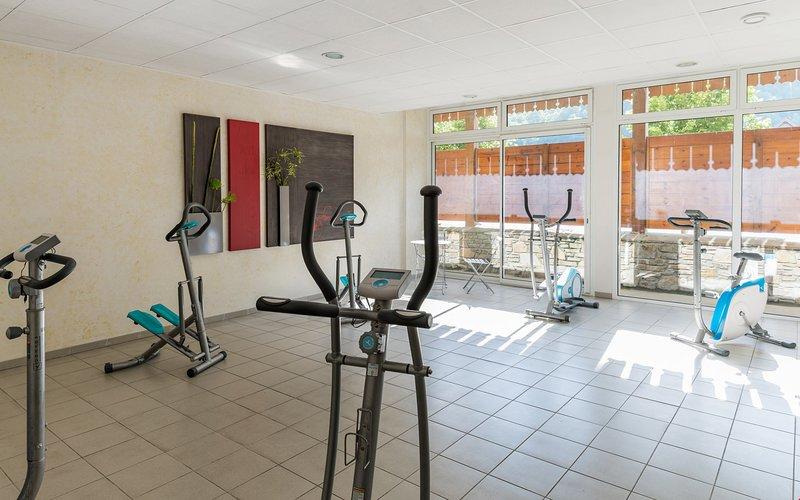 Mantén tu rutina de ejercicios en el gimnasio del hotel.
