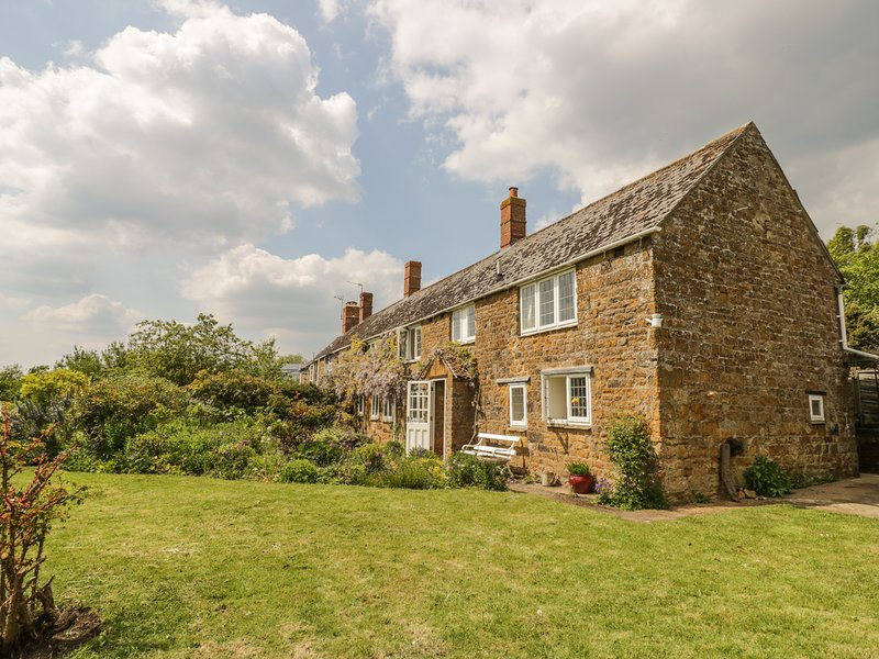 PRIORS MEAD, country views, open fire, WiFi, near Croperdy, holiday rental in Kineton