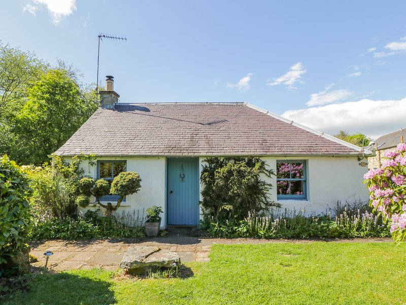 GATESIDE FARM COTTAGE, pet friendly, country holiday cottage, with a garden in, vacation rental in Glendevon