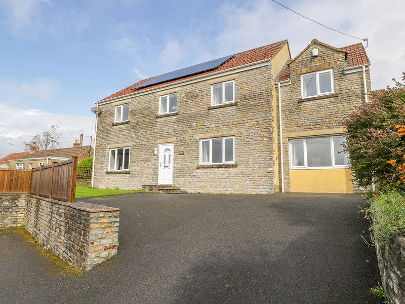 KINGS HILL VIEW, hot tub, en-suites, near Shepton Mallet, holiday rental in Pilton