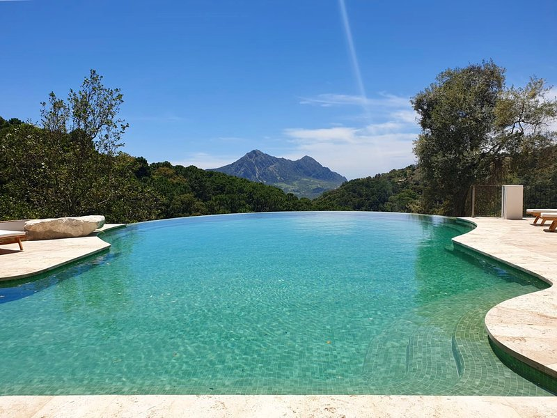 A magical holiday villa! Stunning private pool and walk to Gaucín village., holiday rental in Benarraba