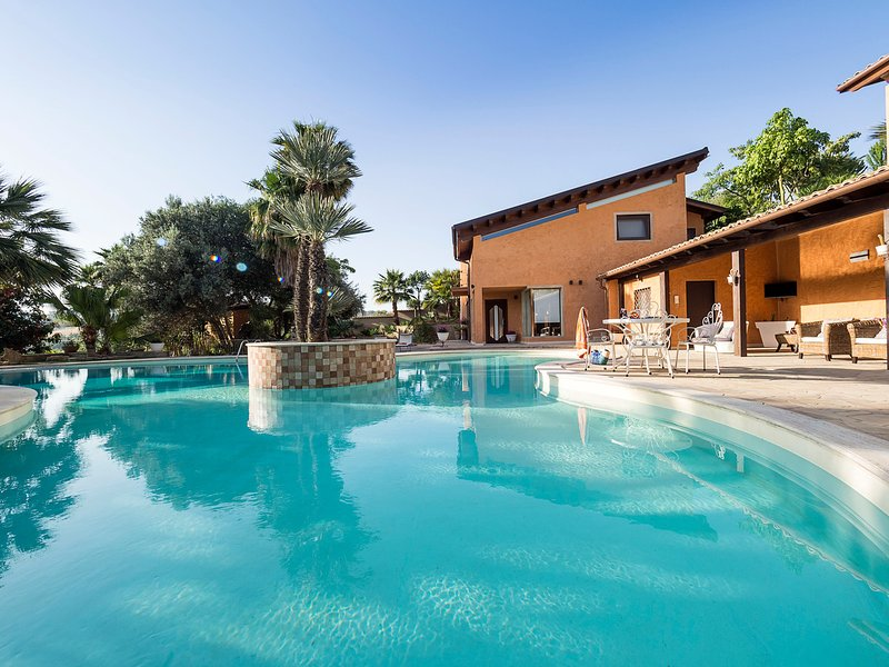 Agrigento Villa Sleeps 10 with Pool Air Con and WiFi - 5312300, vacation rental in Raffadali