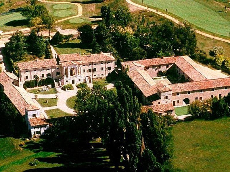 Peschiera del Garda Apartment Sleeps 6 with Pool Air Con and WiFi - 5248593, location de vacances à Peschiera del Garda
