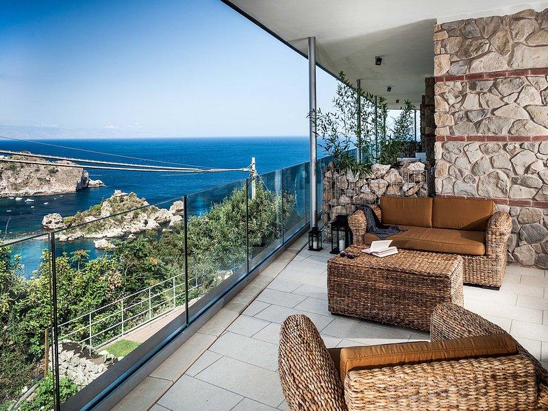 Taormina Apartment Sleeps 6 with Pool Air Con and WiFi - 5247318, alquiler vacacional en Mazzaro
