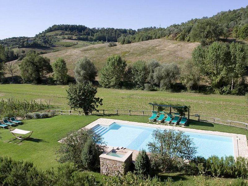 Chiusi Scalo Villa Sleeps 18 with Pool and WiFi - 5247800, holiday rental in Chiusi